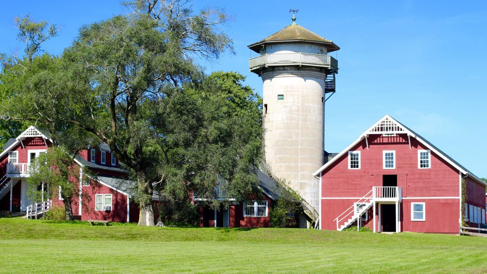 The large riding barn can be rented as an indoor space for up to 175 guests.